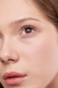 how to conceal undereye dark circles - model with concealer